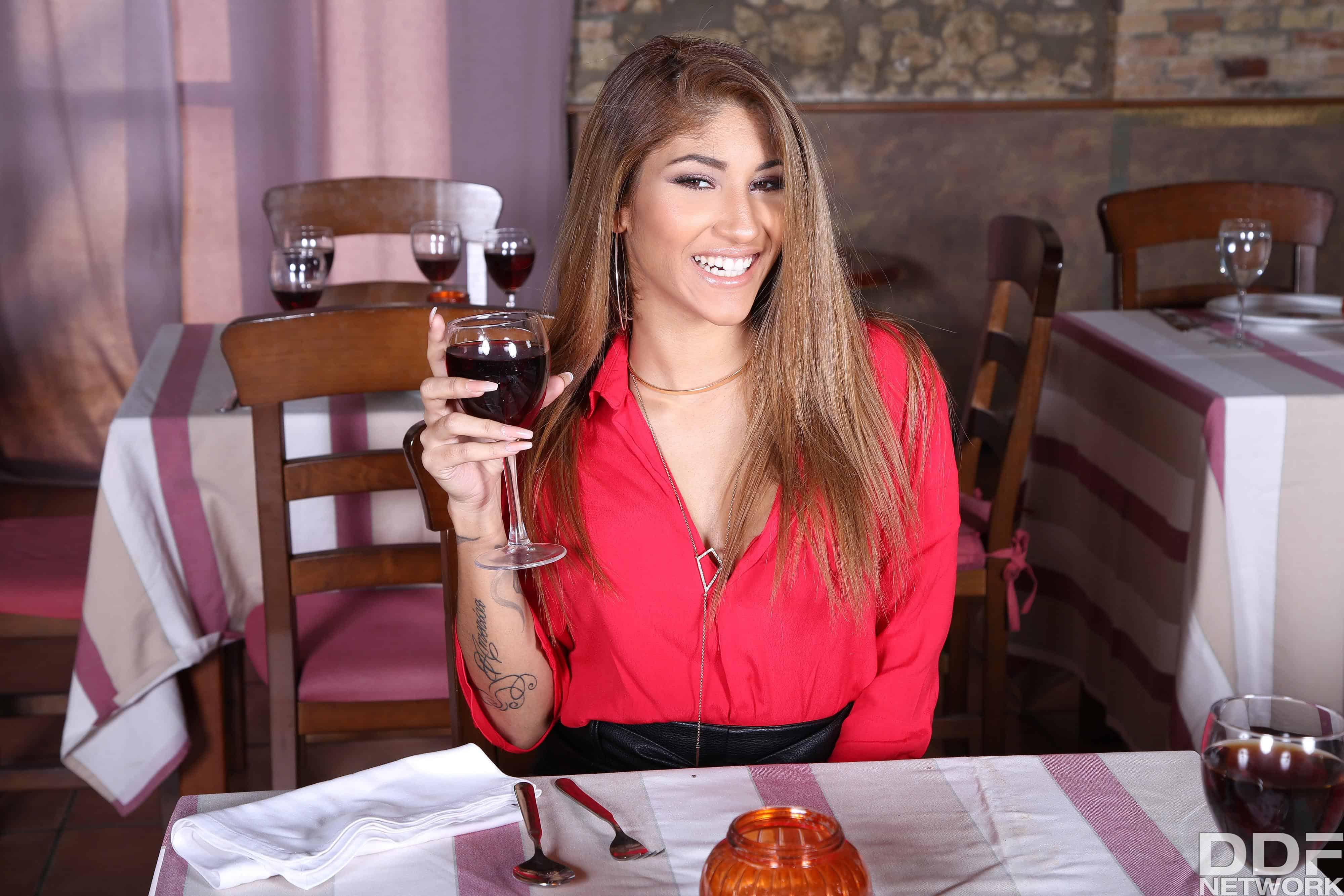 Jade Presley y Venus Afrodita Multi-Course Cum Dinner
